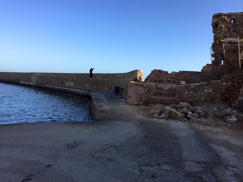 laura-davis-greece-chania-walk-to-lighthouse